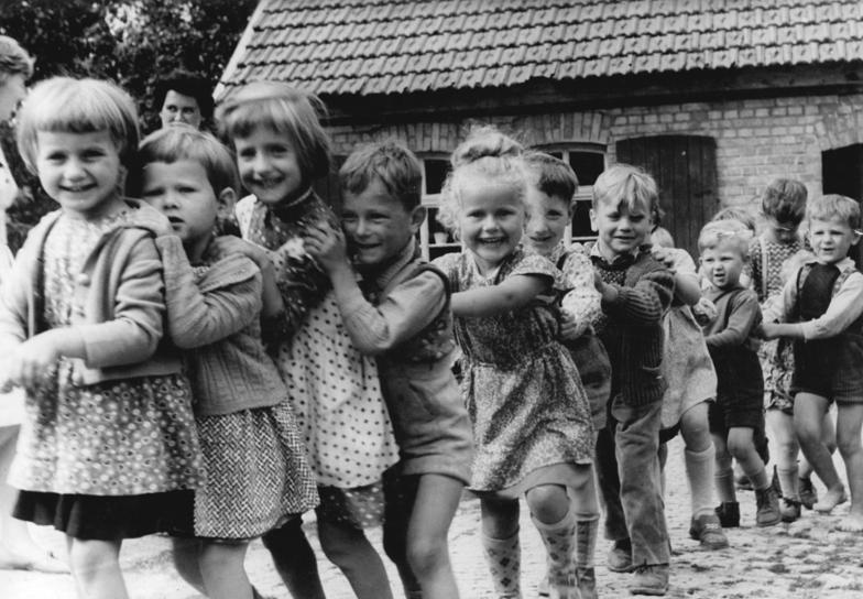 Bundesarchiv Bild - 1961 - Henningsleben, Kindergartenkinder im Spiel